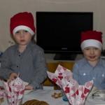 Benjamin och Sander väntar på julfrukost (eller är det tomten)